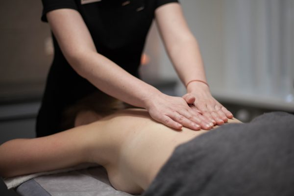 Stipriai atpalaiduojantis nugaros masažas